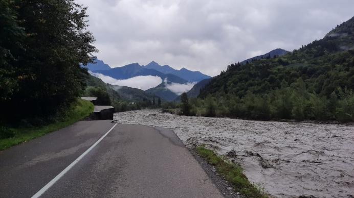 Slider-Güclü yağan yağış ciddi fəsadlar törətdi